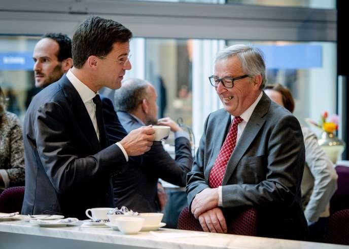 Le premier ministre néerlandais, Mark Rutte (à gauche), en compagnie du président de la Commission européenne, Jean-Claude Juncker , le 7 janvier à Amsterdam.