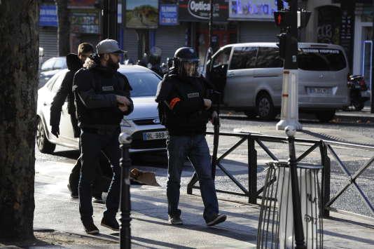 Sécurisation du quartier de la Goutte d'Or le 7 janvier par les forces de police après le décès par balle d'un individu qui voulait entrer dans le comissariat du 34 rue de la goutte d'Or.
