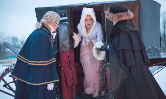 """Lily James dans """"Guerre et Paix"""" de Léon Tolstoï adapté par la BBC, avec  Andrew Davies à la production et à l'écriture du scénario."""
