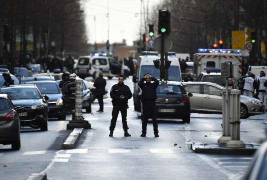 Des policiers patrouillent sur le boulevard Barbès, dans le 18e arrondissement de Paris, jeudi 7 janvier 2016.