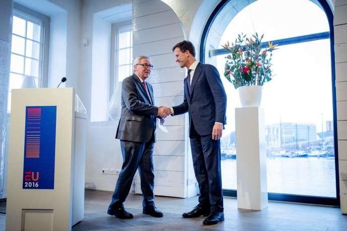 Jean-Claude Juncker, président de la Commission européenne (à gauche), et Mark Rutte, premier ministre des Pays-Bas et président du Conseil de l'Union européenne, le 7 janvier à Amsterdam.