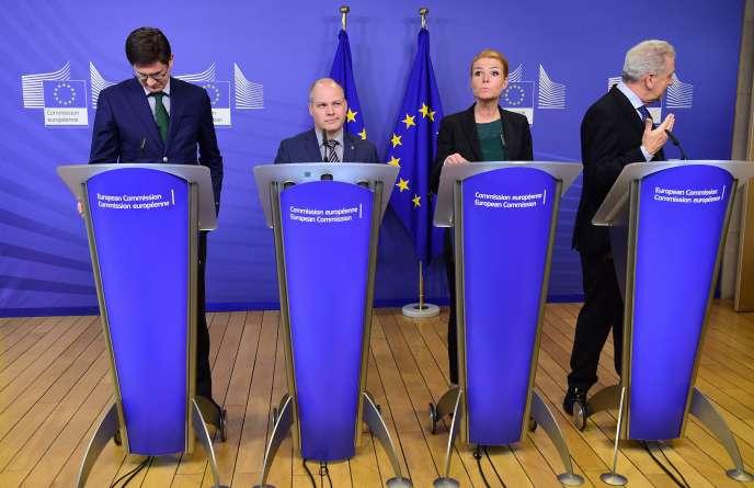De gauche à droite :  Ole Schröder, Morgan Johannson, Inger Stojberg et Dimitris Avramopoulos, les ministres allemand, suédois, danois et le commissaire européen chargés de l'immigration, à Bruxelles, le 6 janvier.