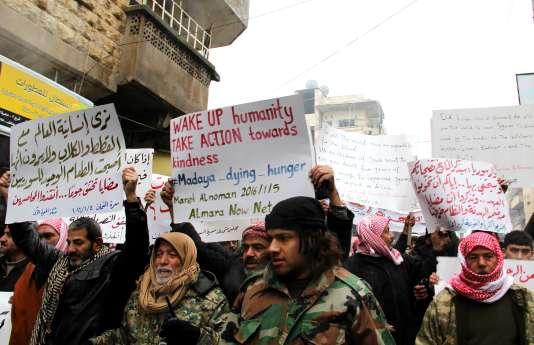 Manifestation en soutien aux habitants de Madaya, menacés de famine, à Maaret Al-Numan, en Syrie, le 5 janvier.