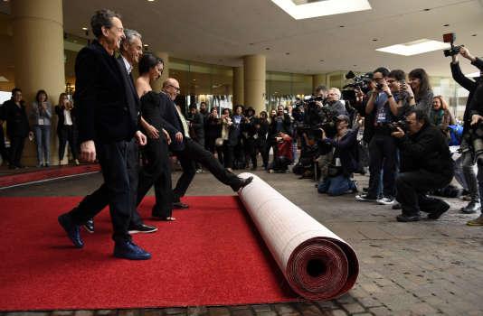 Le producteur exécutif des Golden Globes Barry Adelman, Miss Golden Globe 2016 Corinne Foxx, Allen Shapiro et Lorenzo Soria, le président de l'Hollywood Foreign Press Association, déroulent le tapis rouge de la 73e édition des Golden Globes, le 7 janvier 2016.