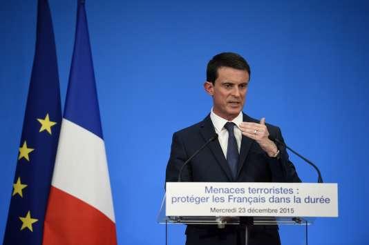 Manuel Valls présente la réforme portée par l'exécutif pour inscrire l'état d'urgence dans la Constitution, le 23 décembre 2015.