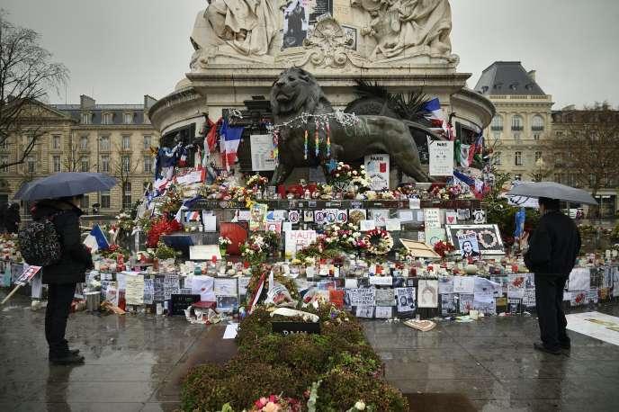Un an après les faits, hommage au victimes des attentats de janvier 2015, sur la place de la République, à Paris.