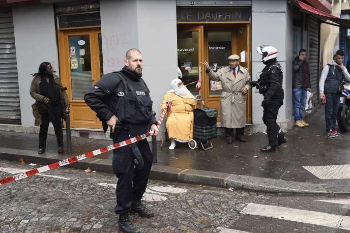 Dans le quartier de la Goutte-d'Or, le 7 janvier 2016, après la tentative d'attaque du commissariat de Barbès-Rochechouart par un homme armé.