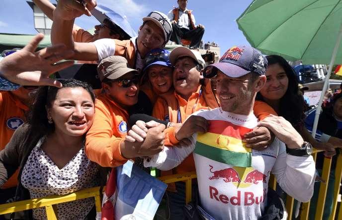 Le pilote Peugeot Sébastien Loeb, accueilli par ses fans à l'arrivée à Uyuni, en Bolivie, jeudi 7 janvier.