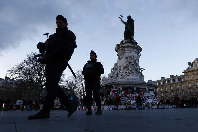 Amnesty International égrène les mesures visant à compléter la législation antiterroriste mise en place depuis 2012 et la loi visant à prolonger de trois mois, àpartir du 26 février, l'état d'urgence décrété au lendemain des attentats du13novembre.