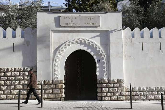 Devant l'institut de théologie de la Grande Mosquée de Paris, en 2015.