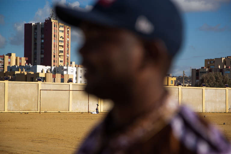 Mai 2015. Après avoir été refoulé neuf fois d'Algérie, Luc, 30 ans, ressortissant camerounais, a finalement réussi à obtenir un passeport malien qu'il doit renouveler tous les trois mois. Il est photographié ici à Aïn-Benian, en périphérie d'Alger.