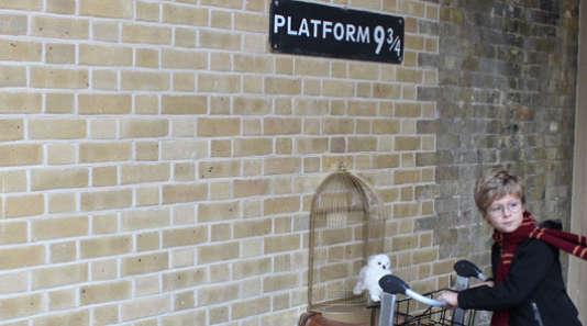 Le quai 9 3/4, dans la gare de King's Cross, depuis lequel part le train pour le collège de Poudlard, dans Harry Potter.