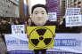 Un étudiant sud-coréen arbore un masque à l'effigie de Kim Jong-un lors d'une manifestation à Séoul, le 7 janvier 2016, après l'annonce d'un essai nucléaire par la Corée du Nord.