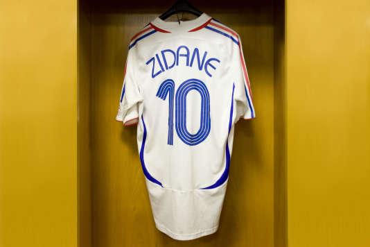 Le maillot de la finale de la Coupe du monde 2006, dans le vestiaire du Stade de France.