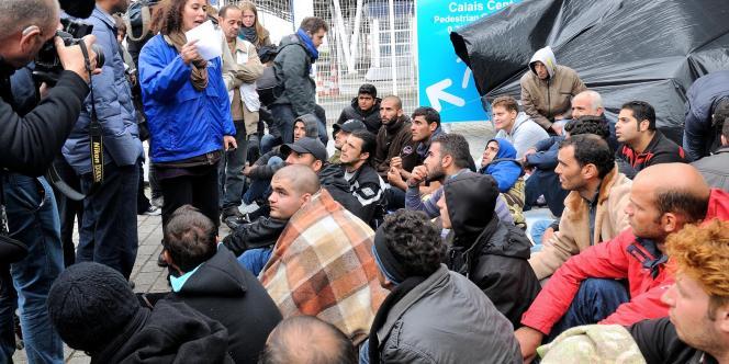 Une interprète de Caritas France parle à des réfugiés syriens à Calais le 4 octobre 2013.