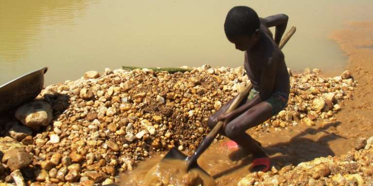 Ramsa, 8 ans, chercheur d'or dans les mines de Bétaré-Oya (Cameroun).