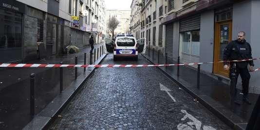 D'après la version du parquet de Paris, l'assaillant s'est rendu devant le commissariat situé au 34, rue de la Goutte-d'Or et a menacé les policiers en faction avec une « feuille de boucher » et un engin explosif factice sur lui, avant d'être abattu par des policiers.
