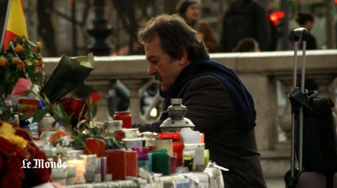 Place de la République, à Paris, devant le mémorial improvisé en hommage aux victimes des attentats de janvier et de novembre2015.