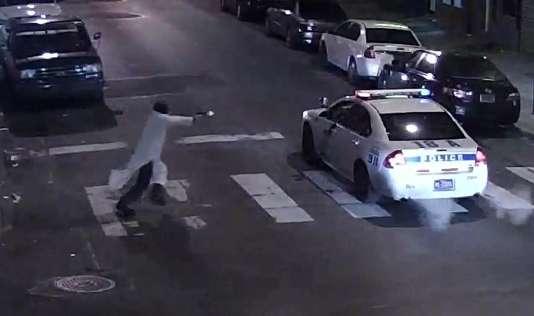 Image extraite d'une vidéo de la police de Philadelphie montrant l'attaque d'un officier dans sa voiture par un homme affirmant avoir prêté allégeance à l'Etat islamique, le 8 janvier.