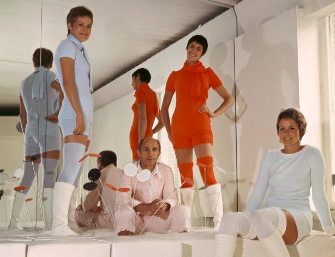 André Courrèges parmi les modèles de sa collection printemps-été 1976.