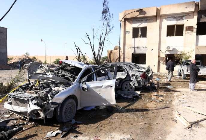 Sur les lieux de l'attentat-suicide ayant ravagé un centre de formation de la police, à Zliten, à 170 km à l'est de Tripoli, jeudi 7 janvier.