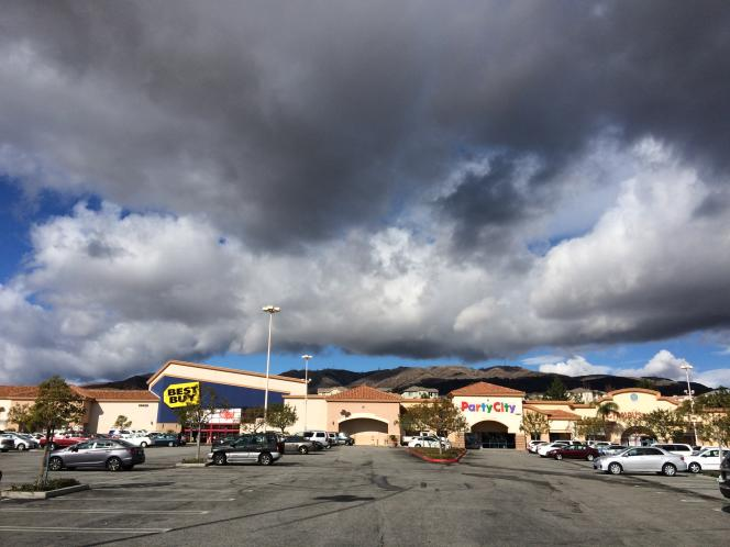 Le centre commercial de Porter Ranch. Au second plan, les montagnes où se trouvent les puits de gaz.