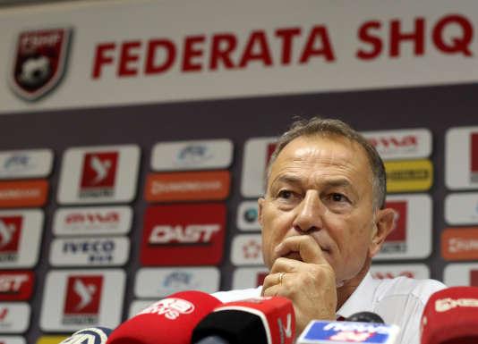 Giovanni De Biasi  durant une conférence de presse.