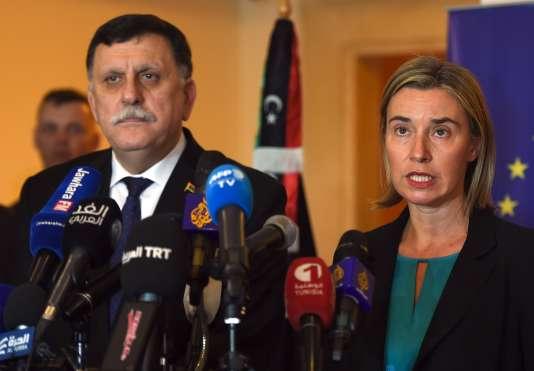 L'homme d'affaires tripolitain Fayez Al-Sarraj (ici aux côtés de Federica Mogherini, la Haute Représentante pour la politique extérieure de l'Union européenne), sera chargé de diriger le gouvernement d'union nationale libyen.