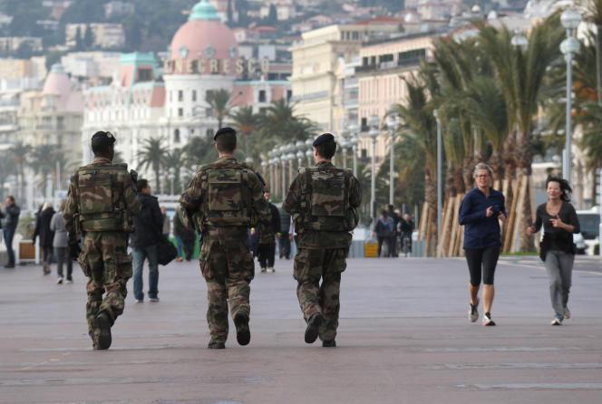 Des soldats sur la promenade des Anglais, à Nice, le 8 janvier 2016.