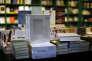 """Des exemplaires de """"Mein Kampf. Une édition critique"""", la réédition annotée du pamphlet d'Adolf Hitler, dans une librairie de Munich, vendredi 8 janvier."""