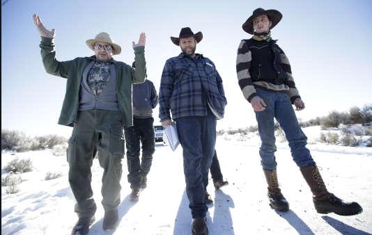 Steve Atkins (àgauche),un habitant de la ville de Burns, discute avec Ammon Bundy (centre) et Cliven Bundy (à droite), deux des leaders de la mobilisation au Parc national Malheur, en janvier.