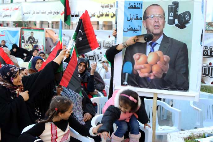 Des manifestantes moquent l'envoyé spécial des Nation unies pour la Libye, Martin Kobler,  place des Martyrs, à Tripoli, le 8 janvier.