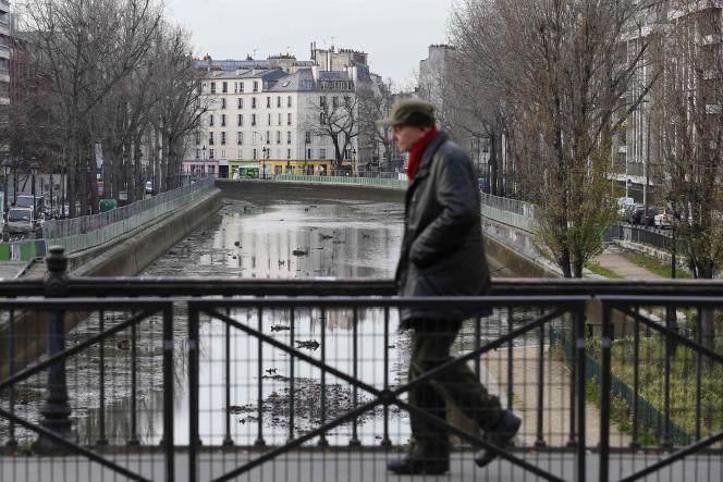 Nettoyage du canal Saint-Martin, le 8 janvier à Paris.