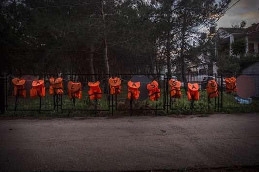 Les fameux gilets orange sont indispensables à la périlleuse traversée de la mer Egée.