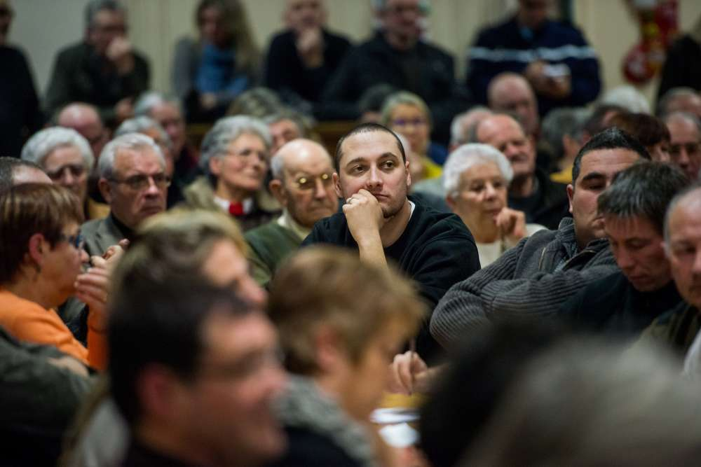 Avant l'élection, les conseillers des huit communes déléguées écoutent les discours des deux candidats à la mairie de la nouvelle commune de Longny-les-Villages.
