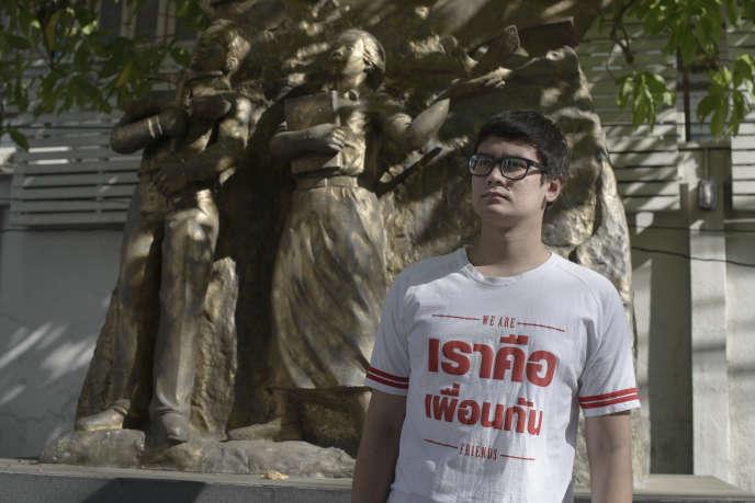 Rangsiman Rome à la Thammasat University, devant le monument commémorant le soulèvement du 6 octobre 1973.