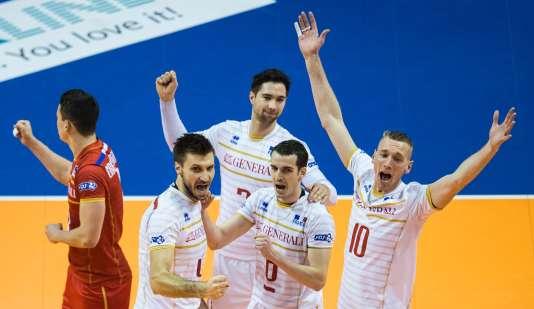 L'équipe de France de volley célèbre sa victoire dans le deuxième set face à la Pologne, le 9 janvier à Berlin.