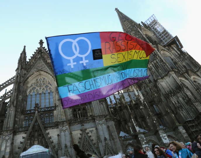 A une manifestation contre la violence, le sexisme et le racisme, à Cologne le 9 janvier 2016, en réponse aux évènements du 31 décembre et aux manifestations xénophobes qui ont suivi.