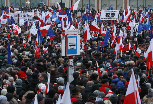 La plus grande manifestation a eu lieu à Varsovie, où quelque vingt mille personnes ont protesté devant le siège de la télévision publique, dans le centre de la capitale, selon les estimations de la mairie.