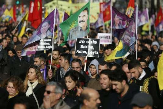 Des milliers de Kurdes ont marché pour dénoncer les « crimes du régime turc » contre les Kurdes qui se battent contre les djihadistes en Syrie.