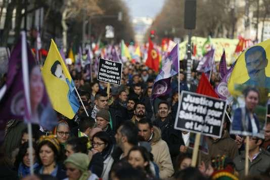 Des milliers de Kurdes ont manifesté samedi 9 janvier à Paris pour réclamer « justice » trois ans après l'assassinat de militantes dans la capitale française.