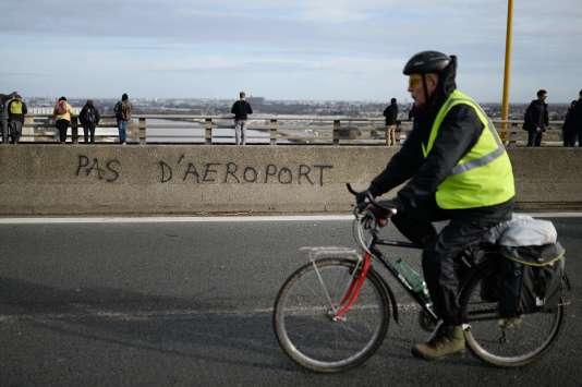 Les électeurs du département de Loire-Atlantique sont invités à se prononcer par référendum sur le projet de transfert de l'aéroport de Nantes le 26 juin (Photo: cycliste durant une manifestation, le 9 janvier 2015).