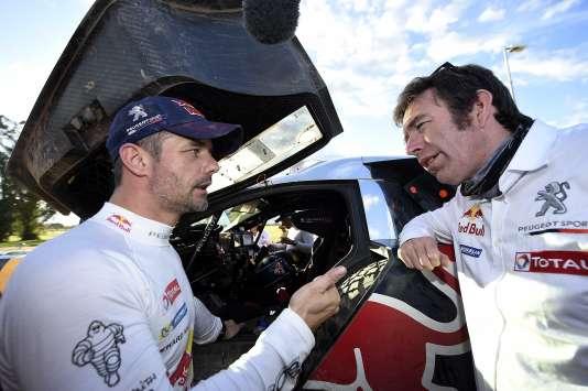 Débrief entre le pilote Sébastien Loeb (à gauche) et le directeur de Peugeot Sport, Bruno Famin, samedi 9 janvier 2016 à Uyuni (Bolivie).