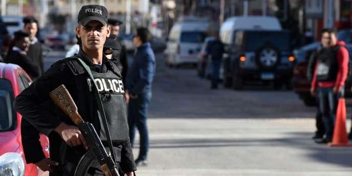 Depuis que l'armée a destitué le président démocratiquement élu, l'islamiste Mohamed Morsi en juillet 2013, l'Égypte est en proie à de nombreuses attaques djihadistes, qui visent principalement les forces de sécurité et les touristes.