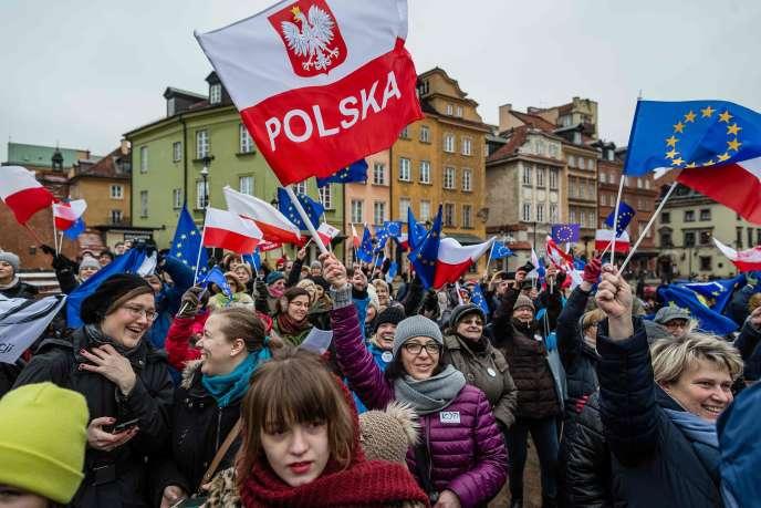 Des milliers de personnes (ici le 9 janvier à Varsovie) ont bravé le froid pour protester contre les réformes jugées liberticides du gouvernement conservateur.