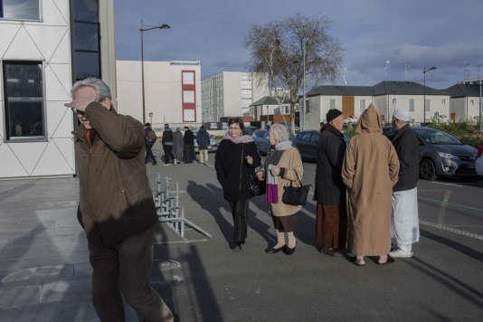 A la sortie de la prière, fidèles et visiteurs se croisent et discutent.