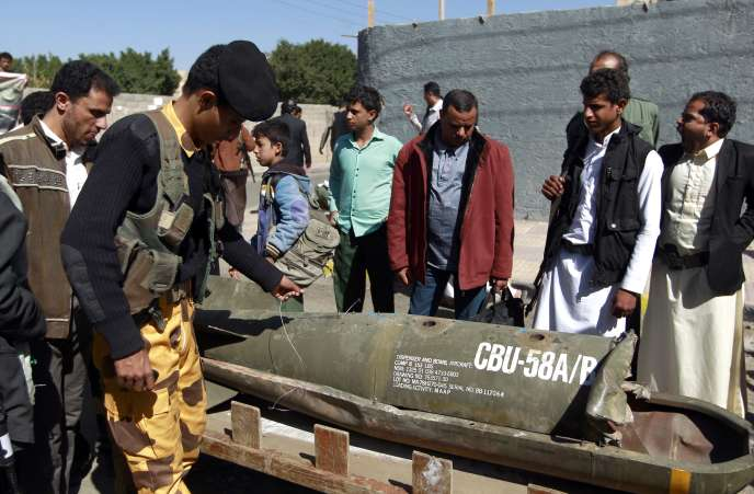 Des Yéménites autour d'un obus lors d'une manifestations devant le bureau de l'ONU à Sanaa, dimanche 10 janvier, contre l'intervention militaire de la coalition menée par l'Arabie saoudite.