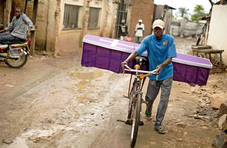 Un homme en chemin pour livrer un cercueil à Bujumbura, la capitale du Burundi, le 10 janvier 2016.