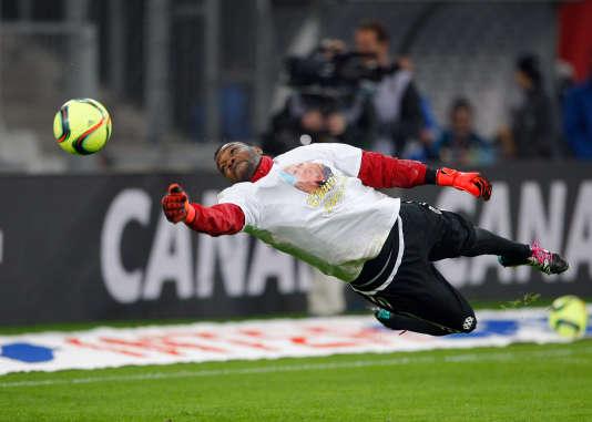 Le gardien de l'OM Steve Mandanda, beaucoup plus sollicité en fin de rencontre face aux joueurs de Guingamp, dimanche 10 janvier au Vélodrome.