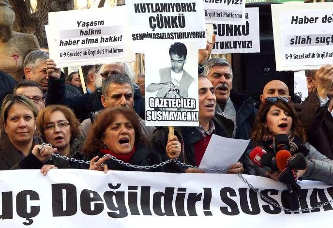 Manifestation de journalistes turcs en soutien à leurs confères emprisonnés, Can Dündar et Erdem Gül, le 10 janvier à Ankara.